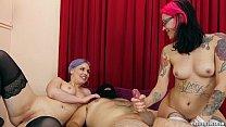 Meninas gostosas fazendo putaria com homem pelado