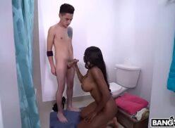 Negra rabuda dando para dotado em porno completo