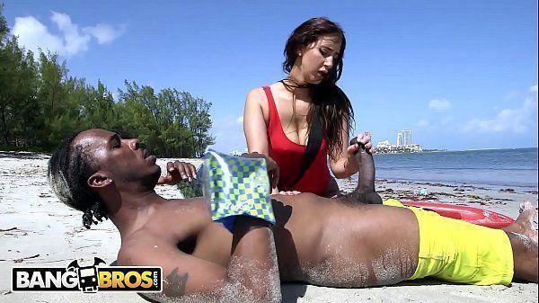 Fime porno de gostosa dando para o negao na praia porno