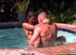 Novinha gostosa dando para o amigona piscina porn carioca